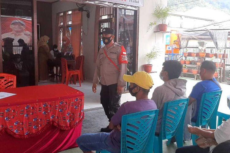 Bripka Anom tengah menjalankan tugasnya sebagai petugas PPKM Mikro Kelurahan Gurabesi, Jayapura, Papua