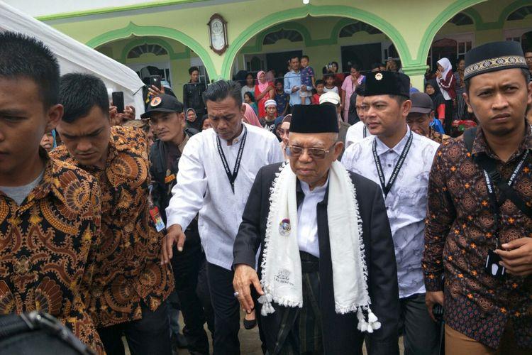 Calon wakil presiden nomor urut 01 Maruf Amin ketika mendatangi posko pengungsian korban tsunami Selat Sunda di Masjid Jami Al Muamanah di Selasa (25/12/2018).