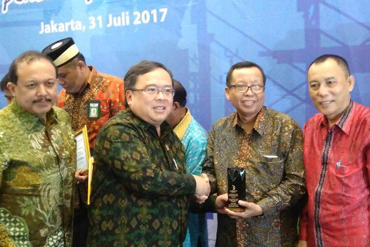 Menteri Perencanaan Pembangunan Nasional atau KepalaBappenasBambang PS Brodjonegoro bersama Sekretaris Kementerian Koperasi dan Usaha Kecil Menengah (UKM), Agus Murrahman, memberikan penghargaan kepada 11 koperasi di Kantor Bappenas, Jakarta, Senin (31/7/2017).