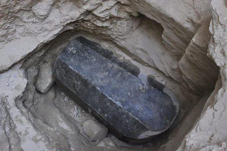 Penutup sarkofagus dan tubuh telah disegel dengan mortar, yang mungkin menunjukkan bahwa itu belum dibuka sejak ditutup lebih dari 2.000 tahun yang lalu.