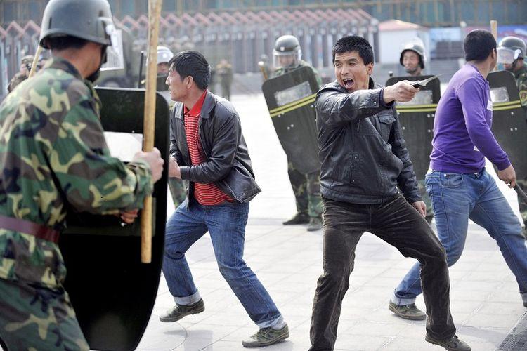 Aparat keamanan China sedang melakukan latihan cara membubarkan unjuk rasa di Urumqi, Xinjiang.