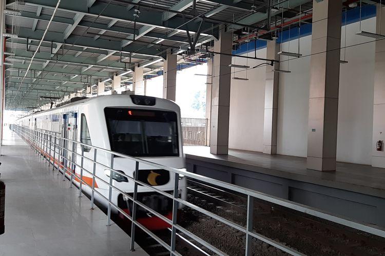 Salah satu rangkaian kereta bandara yang melintas di Stasiun BNI City, Dukuh Atas, Jakarta Pusat, Kamis (19/11/2020). Stasiun yang juga biasa disebut Stasiun Sudirman Baru ini adalah salah satu stasiun yang melayani pemberhentian dan keberangkatan Kereta Bandara Soekarno-Hatta.