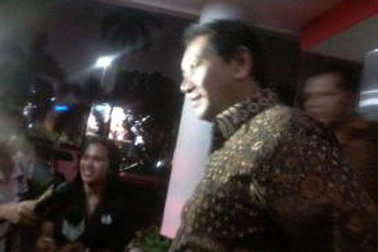 Mantan Kepala Dinas Perhubungan DKI Jakarta melayani pertanyaan wartawan seusai menjalani pemeriksaan kedua di Kejaksaan Agung RI terkait dugaan korupsi pengadaan bus transjakarta, Kamis (8/5/2014).