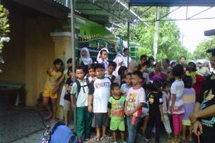 Suasana rumah Nurmansyah (31) ramnai oleh tetangga menunggu kedatangan Ahmad Dhani ke rumah Nurmansyah.