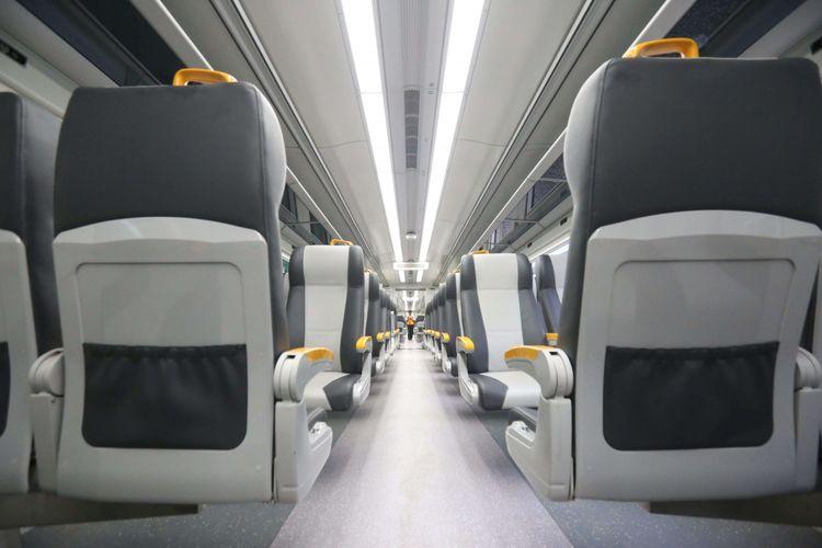 Suasana di dalam salah satu gerbong kereta bandara saat melakukan uji coba di Stasiun Bandara Soekarno-Hatta akan menuju stasiun Sudirman, Selasa (28/11/2017). Kereta Bandara diperkirankan akan resmi beroperasi pada awal bulan Desember 2017 mendatang