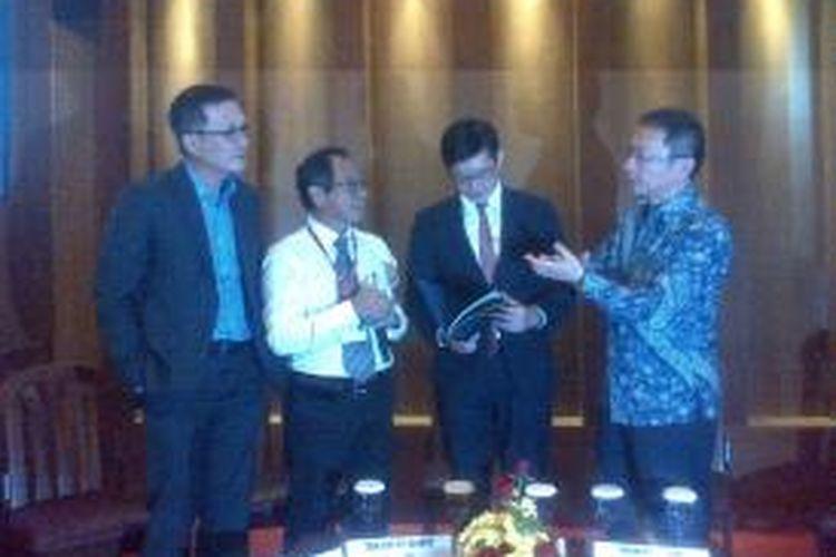 Menteri Negara Bidang Perindustrian & Perdagangan Singapura, Teo Ser Luck, dan Meow Chong Loh, Presiden Direktur dan CEO PT Lippo Cikarang Tbk. di Lippo Cikarang, Selasa (25/11/2014).