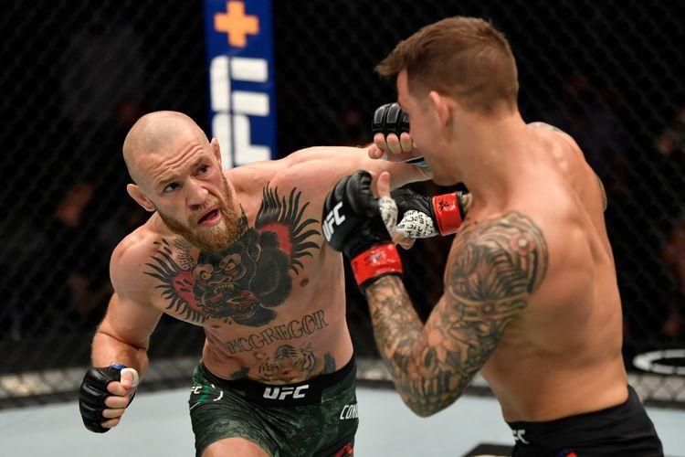 Conor McGregor (kiri) saat melepaskan pukulan jab tangan kiri ke Dustin Poirier (kanan) dalam duel divisi kelas ringan atau lightweight UFC 257 yang dihelat di Fight Island, Abu Dhabi, Uni Emirat Arab, pada Sabtu (23/1/2021)