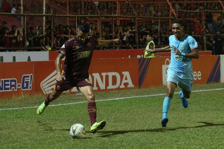 Gelandang PSM Makassar, Raphael Maitimo (kiri), lolos dari penjagaan, pemain tengah Persela Lamongan, Delvin Rumbino (kanan). Laga PSM Makassar vs Persela Lamongan di Stadion Andi Mattalatta, Minggu (1/9/2019), berakhir dengan skor 2-1.