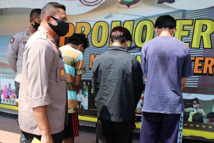 Sejumlah pemuda ditangkap polisi karena terlibat tawuran di Depok, Jawa Barat dengan modus membangunkan warga saat sahur, Selasa (12/5/2020).