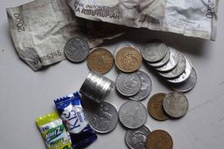 Uang pecahan Rp 100, 200, 500, dan permen. Banyak masyarakat yang menganggap uang recehan ini tak bernilai dan penting