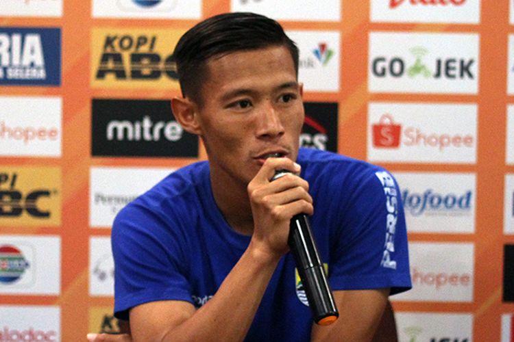 Pemain Persib, Henhen Herdiana, dalam konferensi pers jelang pertandingan melawan Bali United di Graha Persib, Kota Bandung, Kamis (24/7/2019). (KOMPAS.com/SEPTIAN NUGRAHA)