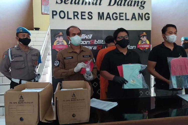 Seorang pria berinisial SN (42) ditetapkan sebagai tersangka oleh penyidik Polres Kabupaten Magelang atas dugaan tindak pidana korupsi di perusahaan daerah PT. BPR Bank Bapas 69 Magelang, Kamis (5/8/2021).