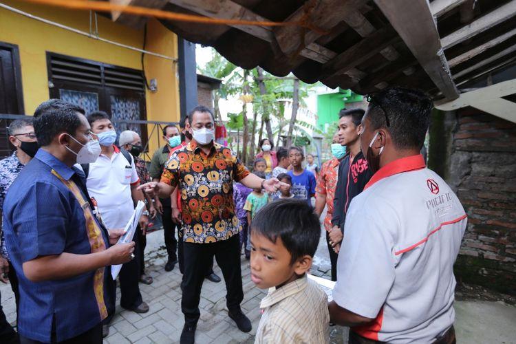 Wali Kota Semarang saat meninjau rumah tidak layak huni di kawasan Muktiharjo Kidul, Kecamatan Pedurungan, Semarang.