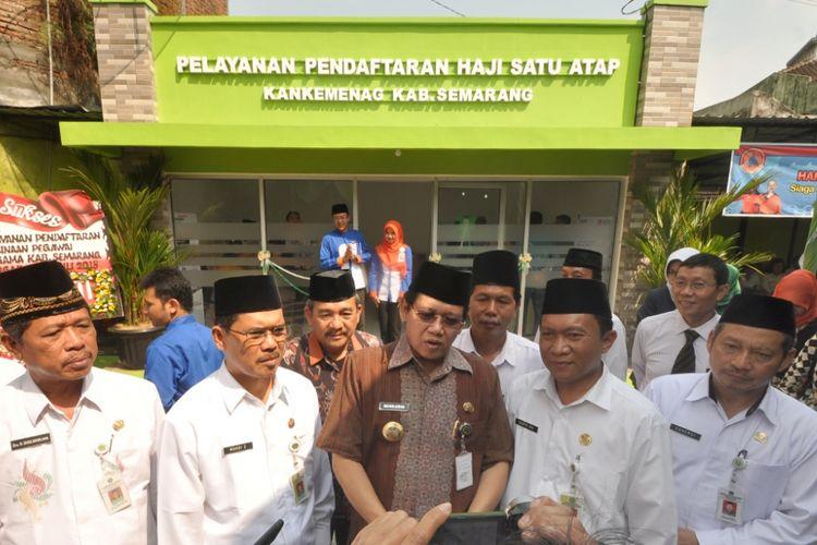 Bupati Semarang, Mundjirin (batik cokelat) didampingi Kakankemenag Kabupaten Semarang Muhdi (dua dari kiri) usai meresmikan Gedung Pelayanan Pendaftaran Haji Satu Atap (PHSA) Kabupaten Semarang, Selasa (3/7/2018).