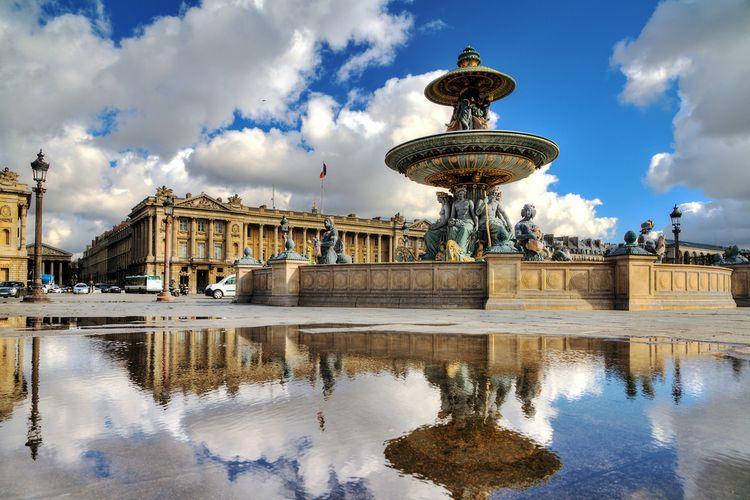 Salah satu air mancur di Place de la Concorde, Paris.
