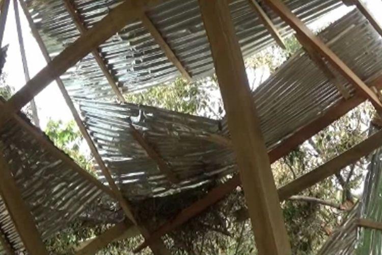 Sedikitnya 28 unit rumah warga rusak dilanda angin puting beliung di Polewali Mandar, Sulawesi Barat, Jumat (1/11/2019).
