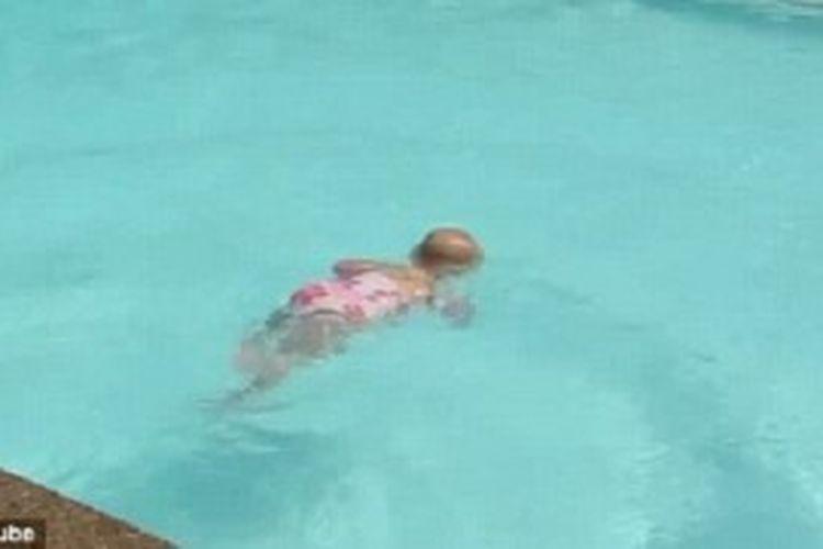 Elizabeth, bayi 16 bulan yang sudah bisa berenang