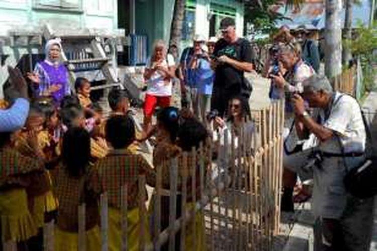 Murid TK Nirwana di Kelurahan Sulaa, Kecamatan Betoambari, Baubau, Sulawesi Tenggara, menyambut kedatangan para wisatawan dengan lagu selamat datang, Rabu (24/2/2016).