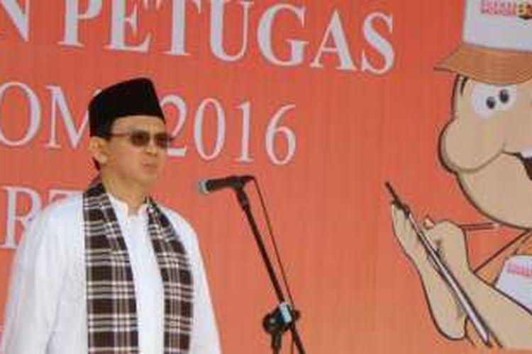 Gubernur DKI Jakarta Basuki Tjahaja Purnama melepas petugas BPS untuk melaksanakan Sensus Ekonomi 2016 di Balai Kota DKI, Jalan Medan Merdeka Selatan, Kamis (28/4/2016).