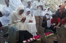 Sebelum Mencoblos, Khofifah Nyekar ke Makam Suami dan Orangtua