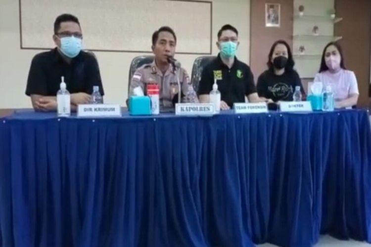 Tim Forensik saat memberikan terangan pers usai melakukan otopsi jenazah almarhum Wakil Bupati Sangihe Helmud Hontong, Senin (14/6/2021).