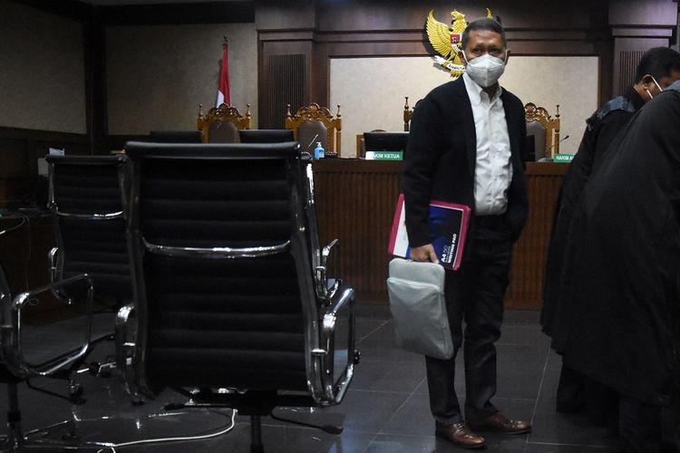 Terdakwa mantan Direktur Utama PT Pelindo II Richard Joost Lino bersiap meninggalkan ruangan usai sidang perdana di Pengadilan Tipikor, Jakarta, Senin (9/8/2021). Sidang perdana RJ Lino tersebut beragendakan pembacaan dakwaan terkait kasus dugaan korupsi pengadaan tiga unit Quay Container Crane (QCC) di PT Pelindo II pada tahun 2010. ANTARA FOTO/Indrianto Eko Suwarso/rwa.