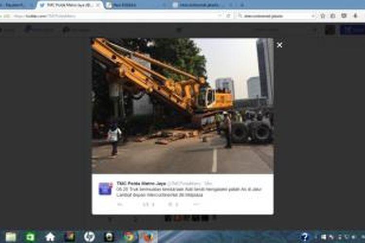 Truk bermuatan kendaraan alat berat mengalami patah As di jalur lambat depan Intercontinental Jakarta Midplaza