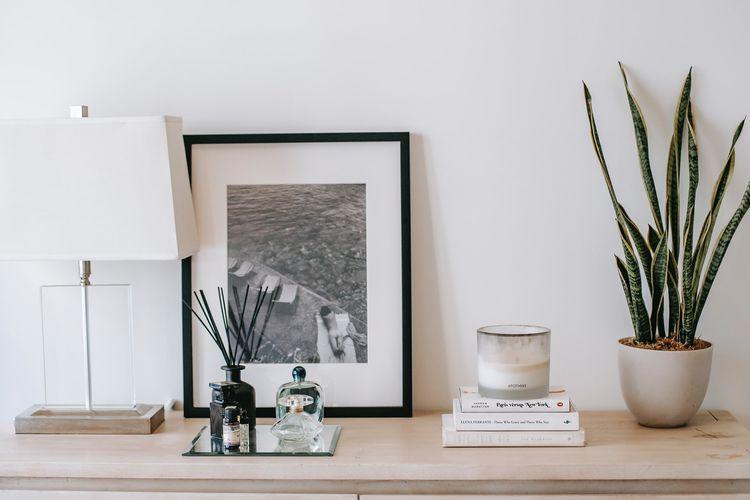 Ilustrasi menyebarkan wewangian di rumah dengan aromaterapi.