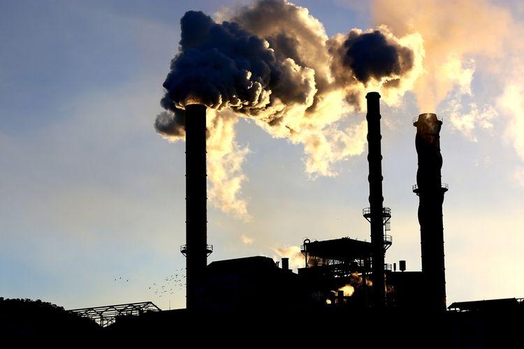 Ilustrasi pengolahan produk berbahan bahan fosil picu perubahan iklim dan pengasaman laut.