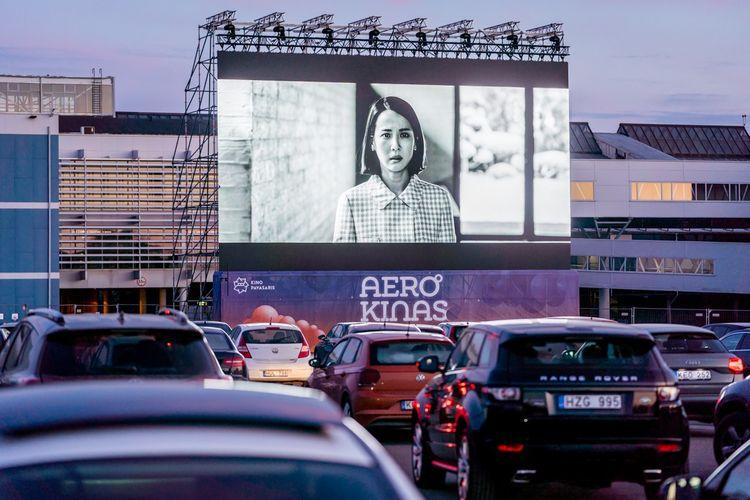 Bioskop drive-in di Bandara Internasional Vilnius, Lituania.
