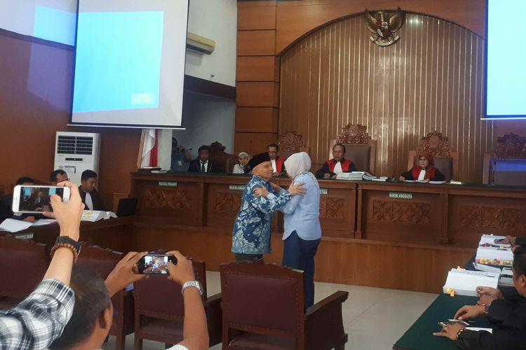 Ilustrasi mengambil foto di sela persidangan berlangsung.