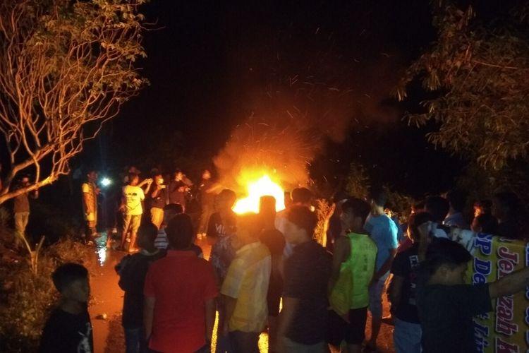 Puluhan warga Desa Aek Bayur dan Kelurahan Silandit, Kota Padangsidimpuan melakukan aksi protes menghadang jalan menolak jenazah Covid-19 dimakamkan di lingkungan mereka, Senin (31/8/2020)