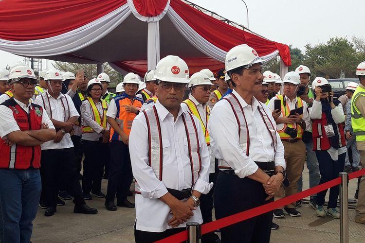 Menteri Perhubungan Budi Karya Sumadi dan Menteri Koordinator Bidang Kemaritiman Luhut Binsar Pandjaitan ketika meninjau proyek LRT Jabodebek di Stasiun Harjamukti, Cibubur, Minggu (13/10/2019).