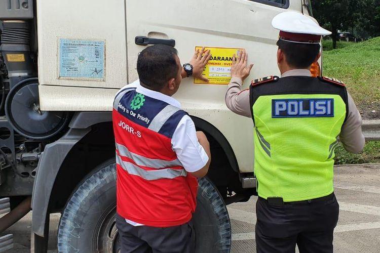 PT Hutama Karya (Persero) tetap melakukan razia kendaraan over dimension over load (ODOL) meski peraturan bebas ODOL ini mundur 1 Januari 2023.