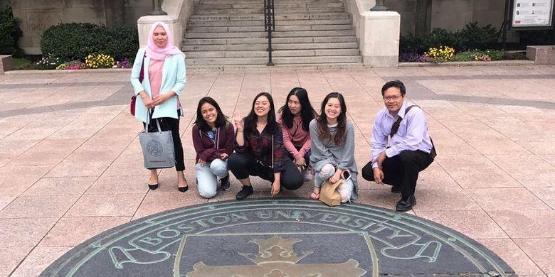 Audelina Asriza Asril (dua dari kiri) berfoto bersama 3 mahasiswa Prasetiya Mulya dan dua pendamping dari kampusnya saat mengikuti study abroad di Boston University, Amerika pada 2017.