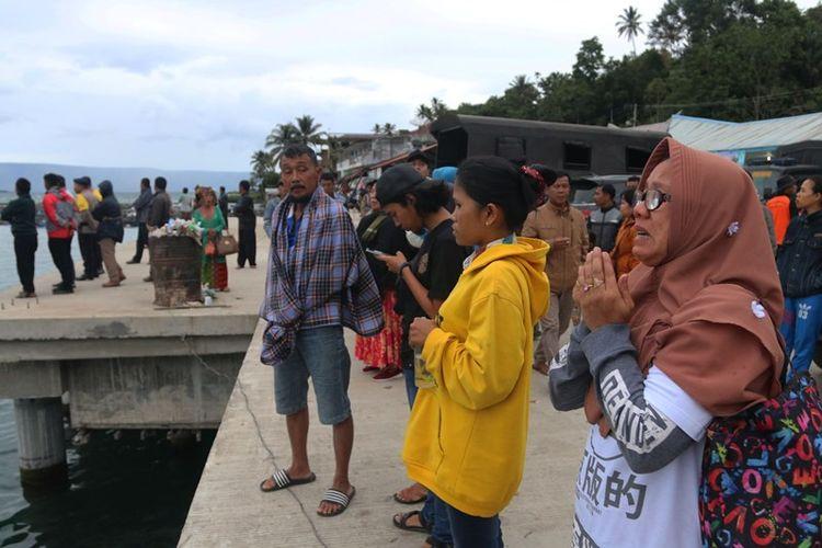 Seorang wanita berdoa untuk keselamatan anaknya, penumpang KM Sinar Bangun, yang tenggelam di Danau Toba, Simalungun, Sumatra Utara, Selasa (19/6). Para keluarga penumpang KM Sinar Bangun mulai mendatangi posko di Pelabuhan Tigaras, Danau Toba, untuk mencari informasi tentang anggota keluarga mereka.