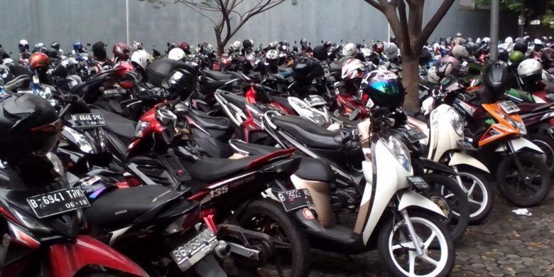 Lahan parkir motor di Hottel Pullman dan Wisma Nusantara.