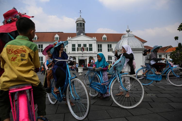 Wisatawan menikmati suasana di kompleks Museum Fatahillah saat liburan Idul Fitri 1439 H di Kota Tua, Jakarta Barat, Sabtu (16/6/2018). Museum Fatahillah adalah salah satu objek wisata di kawasan Taman Fatahillah, Kota Tua, Jakarta Barat yang menjadi tujuan terpopuler pengunjung diantara tempat wisata Kota Tua lainnya.