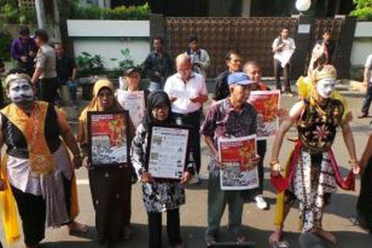 Keluarga korban pelanggaran HAM saat datang ke Kantor Transisi pemerintahan Jokowi-JK di Jakarta, Kamis (28/8/2014).