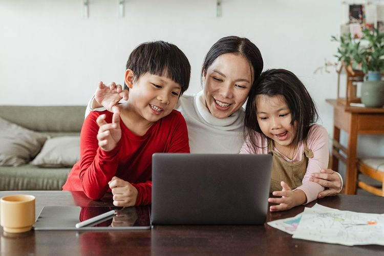 Ilustrasi orangtua mendampingi anak sekolah dari rumah.