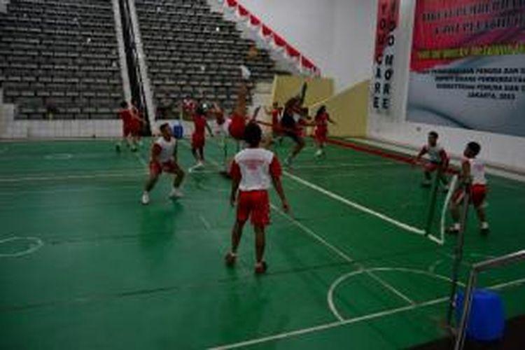 Tim nasional sepak takraw menjalani latihan rutin malam hari sebagai persiapan jelang SEA Games Myanmar, di GOR Pemuda dan Olahraga, Cibubur, Jakarta Timur, Kamis (25/7/2013).