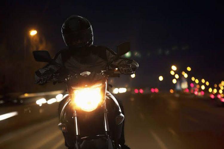 Ilustrasi naik motor malam hari
