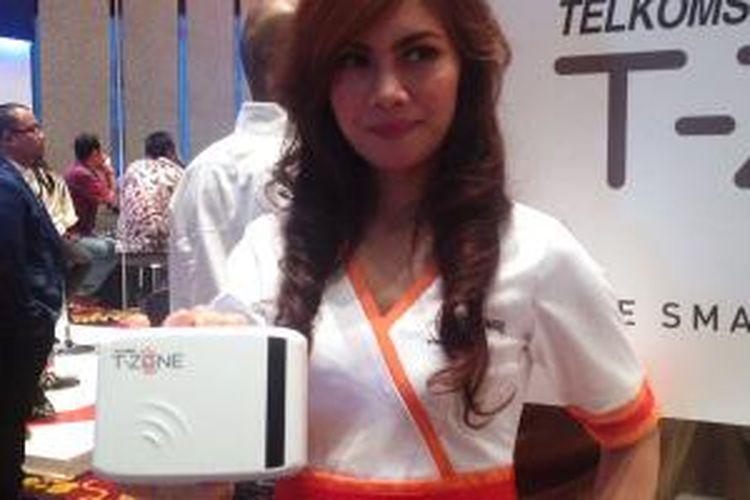 Seorang model memamerkan perangkat Mini BTS T-Zone dari Telkomsel di Bandung, Selasa (26/6/2014).