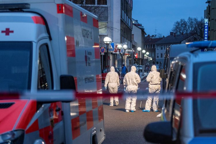 Petugas forensik terlihat di depan bar shisha Heumarkt (Midnight) di pusat kota Hanau, dekat Frankfurt am Main, barat Jerman, pada 19 Februari 2020 malam waktu setempat. Sebanyak 9 orang tewas dengan pelaku, terduga ekstremis sayap kanan, diidentifikasi bernama Tobias R.