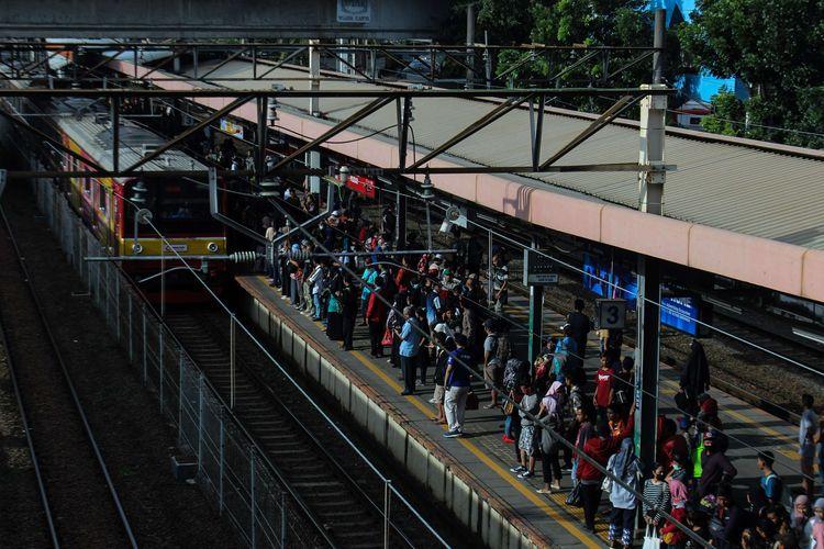 Para pengguna KRL menunggu kereta tujuannya di Stasiun Tanahabang, Jakarta Pusat, Jumat (14/2/2020). PT. Kereta Commuter Indonesia (KCI) dan PT. Kereta Api Indonesia Daerah Operasi 1 Jakarta melakukan rekayasa terhadap perjalanan commuter line atau kereta rel listrik (KRL) selama sebelas 11 hari mulai Kamis (13/2/2020) hingga Minggu (23/2/2020).