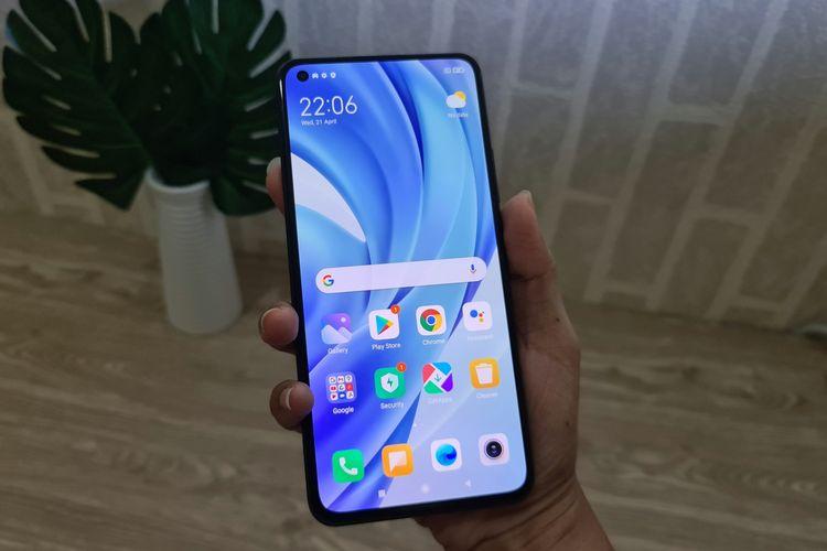 Xiaomi Mi 11 Lite dalam genggaman.