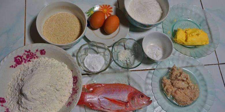 Bahan-bahan untuk pembuatan onde-onde ikan nila khas Sleman, DI Yogyakarta, Minggu (25/2/2018).