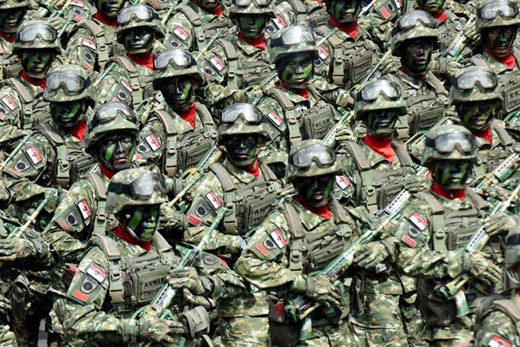Pasukan TNI Batalyon Infanteri Raider 700/Wira Yudha Cakti melakukan defile pada peringatan HUT Ke-72 TNI di Lapangan Karebosi Makassar, Sulawesi Selatan, Kamis (5/10/2017). Peringatan HUT Ke-72 TNI dipusatkan di Dermaga Indah Kiat, Cilegon, Banten, namun perayaan juga digelar oleh satuan-satuan TNI yang ada di daerah melalui sejumlah kegiatan.