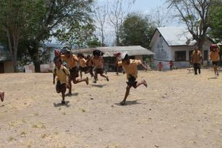 Ratusan siswa SD dan SMP di Desa Banain, Kecamatan Bikomi Utara, Kabupaten Timor Tengah Utara (TTU), Nusa Tenggara Timur, yang berbatasan dengan Distrik Oekusi, Timor Leste, menggelar simulasi bencana, Jumat (11/10/2013).