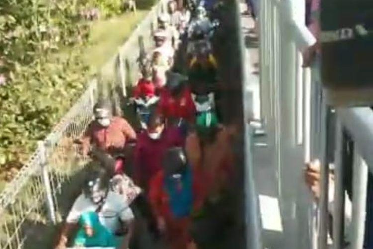 Antrean  pengendara roda 2 menumpuk di Jembatan Suramadu sisi Surabaya saat hendak masuk Ke Surabaya dan berani menjebol pagar pembatas Jemabatan Suramadu agar bisa  lolos dari tes swab Antigen di Pos Penyekatan Suramadu, Minggu (6/6/2021).